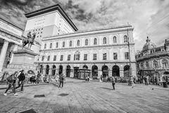 Opinión el teatro de Carlo Felice y Garibaldi Statue en De Ferrari Square en el centro de ciudad de Genoa Genova, Italia fotografía de archivo libre de regalías