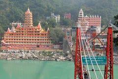 Opinión el terraplén del río de Ganga, el puente y Tera Manzil Temple, Trimbakeshwar de Lakshman Jhula en Rishikesh Imagenes de archivo