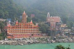 Opinión el terraplén del río de Ganga, el puente y Tera Manzil Temple, Trimbakeshwar de Lakshman Jhula en Rishikesh Foto de archivo libre de regalías