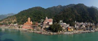 Opinión el terraplén del río de Ganga, el puente y Tera Manzil Temple, Trimbakeshwar de Lakshman Jhula en Rishikesh Foto de archivo