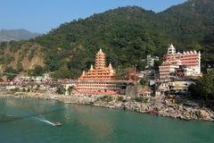 Opinión el terraplén del río de Ganga, el puente y Tera Manzil Temple, Trimbakeshwar de Lakshman Jhula en Rishikesh Imagen de archivo libre de regalías