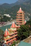 Opinión el terraplén y Tera Manzil Temple, Trimbakeshwar del río de Ganga en Rishikesh Fotos de archivo