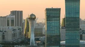 Opinión elevada de la mañana sobre el distrito financiero del centro y de la central de ciudad con el bayterek Timelapse, Kazajis almacen de video