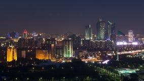 Opinión elevada de la noche sobre el distrito financiero del centro y de la central de ciudad con el bayterek Timelapse, Kazajist almacen de metraje de vídeo