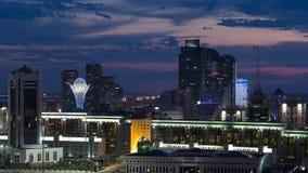 Opinión elevada de la noche sobre el distrito financiero del centro y de la central de ciudad con el bayterek Timelapse, Kazajist metrajes
