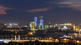 Opinión elevada de la noche sobre el distrito financiero del centro y de la central de ciudad con el puente y el río Timelapse de almacen de metraje de vídeo