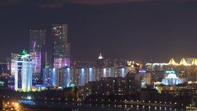 Opinión elevada de la noche sobre el distrito financiero del centro y de la central de ciudad con las torres Timelapse del tejado almacen de video
