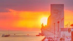 Opinión elevada de la puesta del sol del monumento del DOS Descobrimentos de Padrao al monumento famoso del timelapse de los desc almacen de metraje de vídeo