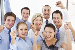 Opinión elevada hombres de negocios felices y positivos Imágenes de archivo libres de regalías