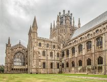 Opinión Ely Cathedral en una tarde cubierta del verano Foto de archivo
