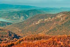 Opinión en montaña, paisaje del bosque del otoño del bosque fotografía de archivo