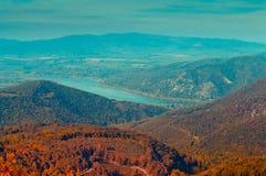 Opinión en montaña, paisaje del bosque del otoño del bosque imagen de archivo libre de regalías