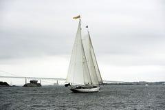 Opinión en popa del Schooner de Staysail con el puente Fotografía de archivo libre de regalías