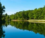 Opinión encantadora del lago foto de archivo