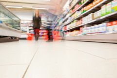 Opinión enmascarada gente en supermercado Fotos de archivo libres de regalías
