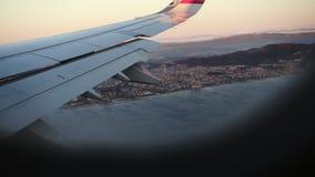 Opini?n enorme del puerto de la ventana de los aviones Vista que sorprende fuera del avi?n moderno metrajes