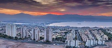 Opinión escénica aérea colorida sobre las ciudades de Eilat Israel y de Aqaba Jordania Imágenes de archivo libres de regalías