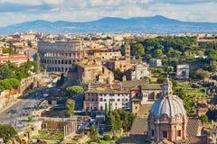 Opinión escénica aérea Colosseum y Roman Forum en Roma, Italia Imágenes de archivo libres de regalías