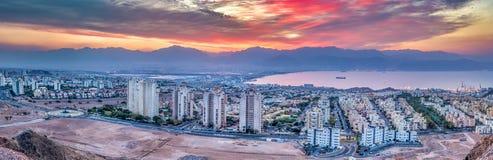 Opinión escénica aérea panorámica sobre las ciudades de Eilat Israel y de Aqaba Jordania Foto de archivo