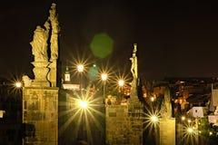 Opinión escénica Charles Bridge famoso con las estatuas, los edificios y las señales históricos de la ciudad vieja en el fondo en fotografía de archivo