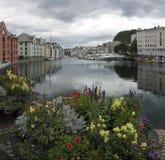 Opinión escénica de Alesund Noruega a lo largo del río imagen de archivo