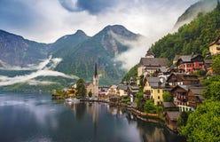Opinión escénica de la imagen-postal del pueblo de montaña famoso de Hallstatt con el lago en las montañas austríacas, región Hal Foto de archivo libre de regalías