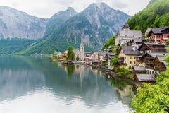 Opinión escénica de la imagen-postal del villag famoso de la montaña de Hallstatt Foto de archivo