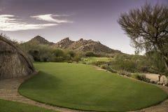 Opinión escénica de la montaña del desierto del paisaje del campo de golf Imagenes de archivo
