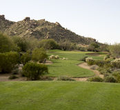Opinión escénica de la montaña del desierto del paisaje del campo de golf Fotos de archivo libres de regalías