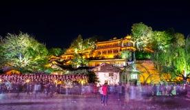 Opinión escénica de la noche de la ciudad vieja de Lijiang en Yunnan, China Fotos de archivo