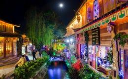 Opinión escénica de la noche de la ciudad vieja de Lijiang en Yunnan, China Imagen de archivo libre de regalías