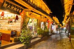 Opinión escénica de la noche de la ciudad vieja de Lijiang en Yunnan, China Imágenes de archivo libres de regalías