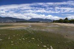 Opinión escénica de la playa de Kitsilano y del paisaje del horizonte distante de Vancouver imagenes de archivo