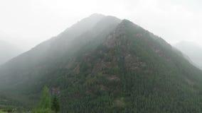 Opinión escénica de las montañas de niebla Monta?as de Altai, Rusia metrajes