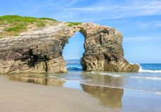 Opinión escénica de los acantilados del Praia das Catedrais, playa famosa en Galicia, España septentrional foto de archivo