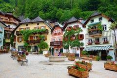 Opinión escénica de postal de imagen del pueblo de montaña famoso de Hallstatt en las montañas austríacas en la luz hermosa en el imagenes de archivo