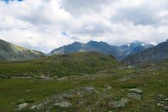 Opini?n esc?nica del canto de la monta?a Valle de 7 lagos Monta?as de Altai, Rusia fotografía de archivo
