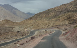 Opinión escénica del desierto de la carretera con curvas de la alta montaña Fotos de archivo libres de regalías