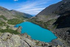 Opinión escénica del lago de la turquesa de Akchan Montañas de Altai foto de archivo