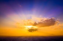 Opinión escénica del paisaje de la puesta del sol del océano con el cielo colorido Fotografía de archivo