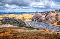 Opinión escénica del paisaje de las montañas coloridas de Landmannalaugar Fotos de archivo