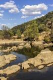 Opinión escénica del paisaje del campo de una corriente del agua dulce Fotos de archivo libres de regalías