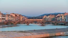 Opinión escénica del timelapse del horizonte de la puesta del sol del alla Carraia y Arno River, Florencia de la ciudad, de la vi metrajes