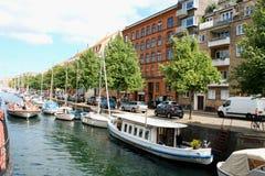 Opinión escénica del verano de los edificios del color de Nyhavn en Copehnagen Fotos de archivo libres de regalías