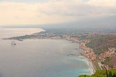 Opinión escénica hermosa el mar, ciudad y Etna Volcano del ` verde s del bosque, de Taormina la viejas La isla de Sicilia, Italia imagenes de archivo