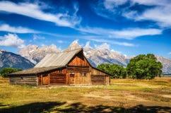 Opinión escénica magnífica de Teton con el granero abandonado en fila mormona Imagenes de archivo
