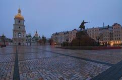 Opinión escénica sobre el monumento de Bohdan Khmelnitsky del Hetman y la catedral del ` s de Sophia del santo en Sofia Square, K Foto de archivo
