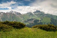 Opinión escénica sobre las montañas fotografía de archivo