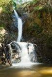 Opinión escénica sobre Mae Yen Waterfall con agua blanca en un día soleado Imágenes de archivo libres de regalías