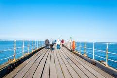 Opinión escénica Whitby Pier en día soleado del otoño Fotos de archivo libres de regalías